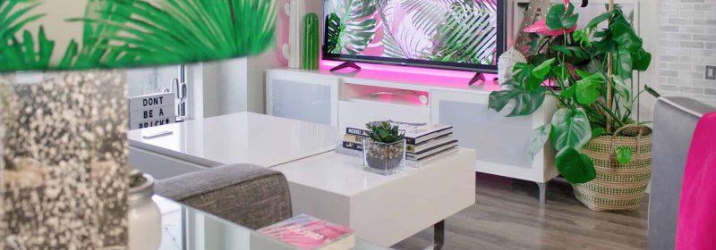 Buntes Wohnzimmer mit Fernseher