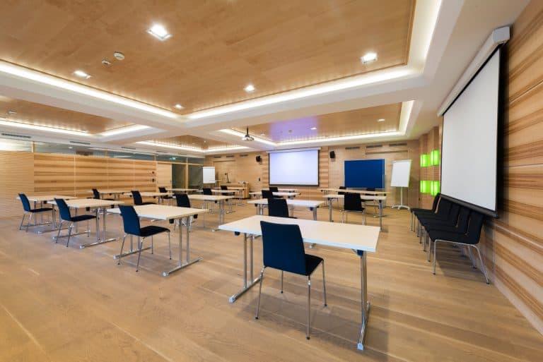 Konferenzraum mit Leinwand für Beamer