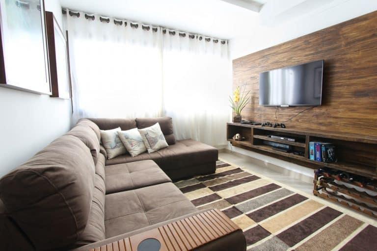 Wohnzimmer mit TV an der Wand