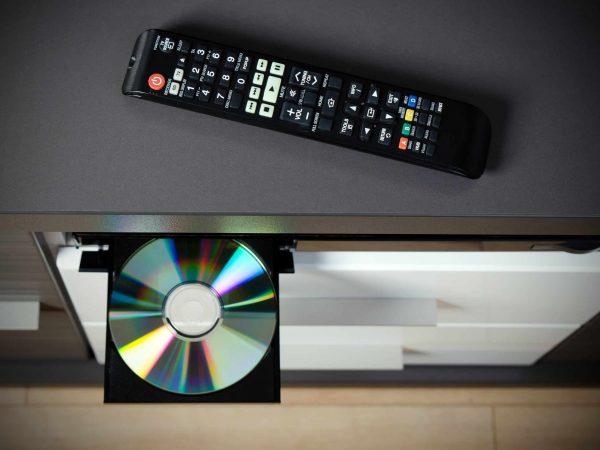 Aufnahme von oben auf DVD-Player und Fernbedienung