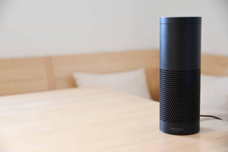Amazon Echo auf Tisch
