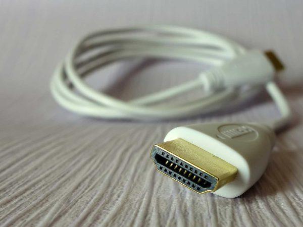 Weißes HDMI-Kabel aufgerollt