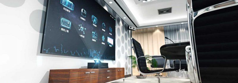 Großer Bildschirm an Wand von Büroraum