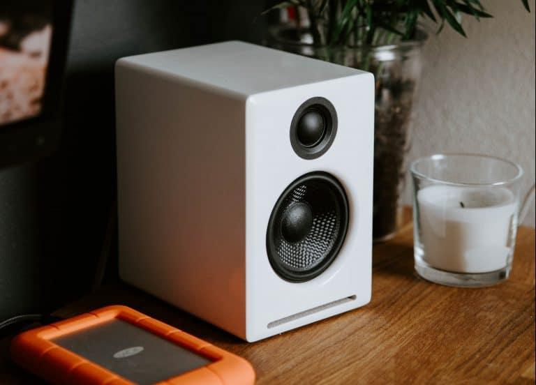 weißer Lautsprecher auf Kommode