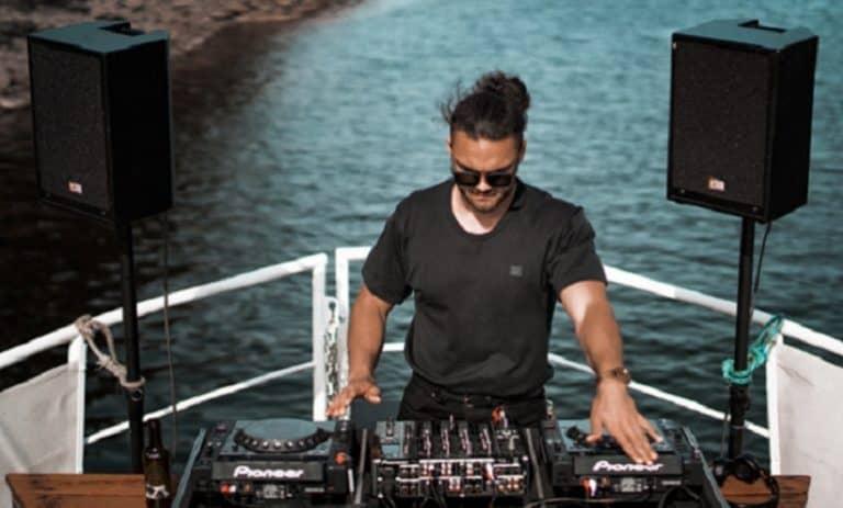 DJ auf einem Boot