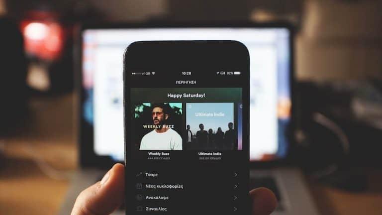 Smartphone mit geöffneter Spotify App