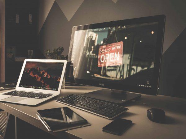 Das 4K steht für Ultra HD. Diese Auflösung beträgt ganze 3840 x 2160 Pixel und entspricht damit ca. der vierfachen Auflösung eines normalen Full HD Monitors. (Bildquelle: pixabay.com / UNIVERSE2016)