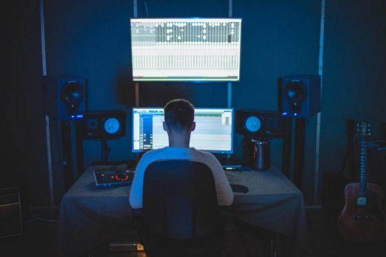 Aktive Subwoofer geben die Tiefen der Musik adäquat wieder, verstärken sie und sind dadurch für einige neuere Musikrichtungen und Heimkinoeinrichtungen unverzichtbar.